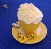 Une tasse de café avec de la crème et le sucre fouettés image stock