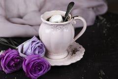 Une tasse de café avec la guimauve pour le petit déjeuner Image libre de droits