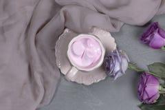 Une tasse de café avec la guimauve pour le petit déjeuner Images stock