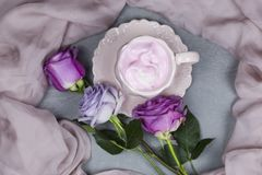 Une tasse de café avec la guimauve pour le petit déjeuner Photos libres de droits