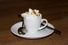 Une tasse de café avec la mousse blanche Photo libre de droits