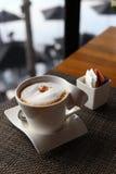 Une tasse de café avec la mousse de lait Image libre de droits