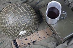 une tasse de café avec la période ww2 équipement militaire de l'armée américaine sur l'uniforme vert photographie stock
