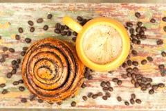 Une tasse de café avec le kanelbulle image libre de droits