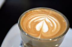 Une tasse de café avec le modèle de coeur dans une tasse blanche Images libres de droits