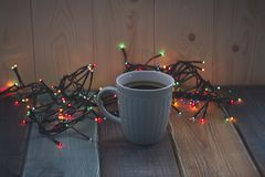 Une tasse de café bleue sur la table Photos stock