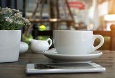 Une tasse de café d'americano dans le café Photographie stock