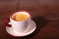 Une tasse de café d'expresso sur un fond en bois foncé Photographie stock libre de droits