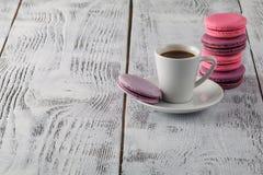 Une tasse de café d'expresso sur une soucoupe sur un chic minable Photographie stock