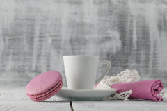 Une tasse de café d'expresso sur une soucoupe sur un chic minable Photos libres de droits