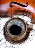 Une tasse de café, d'un violon et de musique de feuille Vue supérieure image libre de droits