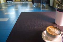Une tasse de café dans un café avec un fond brouillé Photo stock