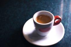 Une tasse de café est americano sur un fond foncé Photos stock