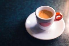 Une tasse de café est americano sur un fond foncé Photographie stock libre de droits
