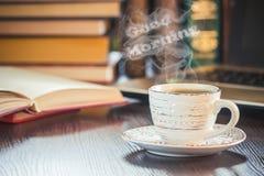 Une tasse de café et bonjour de fumée Images stock