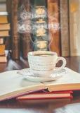 Une tasse de café et bonjour de fumée Photo stock