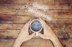 Une tasse de café et bonjour de fumée Photographie stock libre de droits