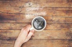 Une tasse de café et bonjour de fumée Image libre de droits