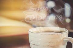 Une tasse de café et bonjour de fumée au bureau au travail Photos libres de droits