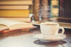 Une tasse de café et bonjour de fumée au bureau au travail Photo stock