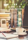 Une tasse de café et bonjour de fumée au bureau au travail Images libres de droits