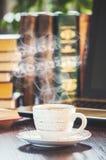 Une tasse de café et bonjour de fumée au bureau au travail Photo libre de droits