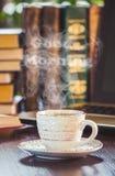 Une tasse de café et bonjour de fumée au bureau au travail Photos stock