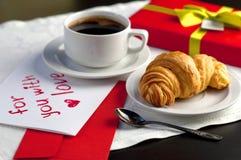 Une tasse de café et d'un croissant Photo stock