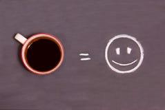 Une tasse de café et d'un sourire sur une table images libres de droits