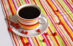 Une tasse de café et d'un tissu rayé Image libre de droits