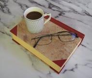 Une tasse de café et de quelques livres photo libre de droits