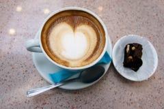 Une tasse de café Mousse sur la surface Photos libres de droits