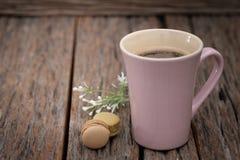 Une tasse de café rose sur le fond en bois photographie stock