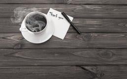 Une tasse de café, une serviette avec tous nos remerciements d'une inscription photographie stock
