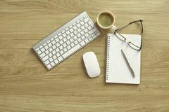 Une tasse de café sur la table de bureau image libre de droits