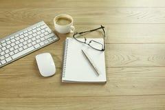 Une tasse de café sur la table de bureau photos stock