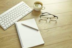 Une tasse de café sur la table de bureau photographie stock