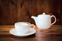 une tasse de café sur la table en café photo stock