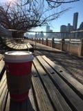 Une tasse de café sur le banc avec l'horizon au fond Photo stock