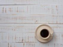 Une tasse de café sur le fond en bois blanc Conce de nourriture et de boissons Photo stock