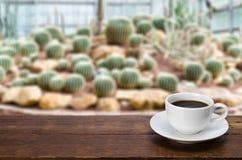 Une tasse de café sur une table en bois rustique Images libres de droits