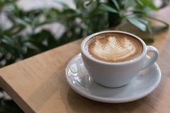 Une tasse de cappuccino avec l'art de latte images libres de droits