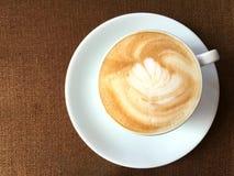 Une tasse de cappuccino chaud Photographie stock