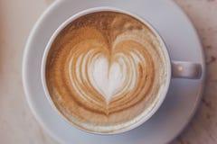 Une tasse de cappuccino Macro DOF peu profond Tonalité du vintage Photographie stock libre de droits