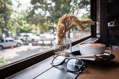 Une tasse de cappucino sur une table en bois Images libres de droits