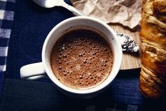 Une tasse de chocolat chaud et de bulle Photo stock