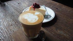 Une tasse de gâteau de café et de myrtille Photos libres de droits