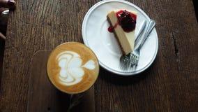 Une tasse de gâteau de café et de myrtille Images libres de droits