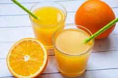 Une tasse de jus d'orange et d'orange fraîche comme fond Concept de la consommation saine, poids perdant images libres de droits