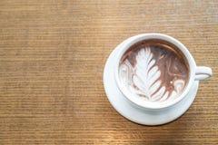 une tasse de latte de chocolat photos libres de droits